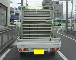 苗を積んだ軽トラック